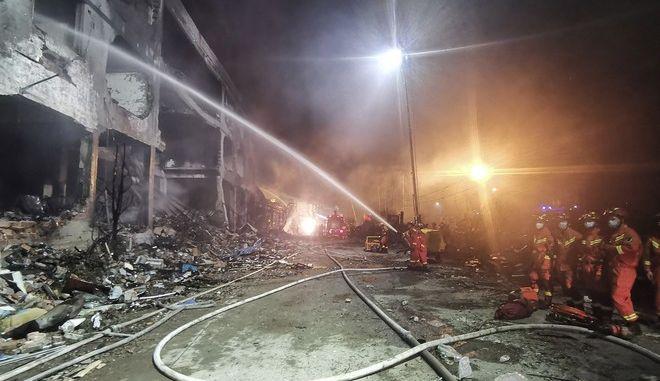 Πυροσβέστες επιχειρούν σε κτίριο που κατέρρευσε μετά την έκρηξη βυτιοφόρου