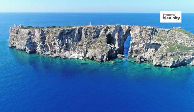 """Τσιχλί Μπαμπά: Το """"κατακόρυφο"""" ελληνικό νησί όπου είναι θαμμένος ο ανιψιός του Ναπολέοντα"""