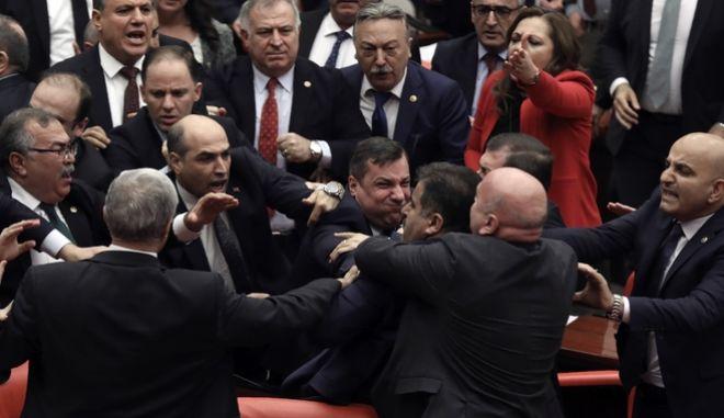 Τουρκία: Θερμό επεισόδιο στη Βουλή - Πιάστηκαν στα χέρια για χάρη του Ερντογάν