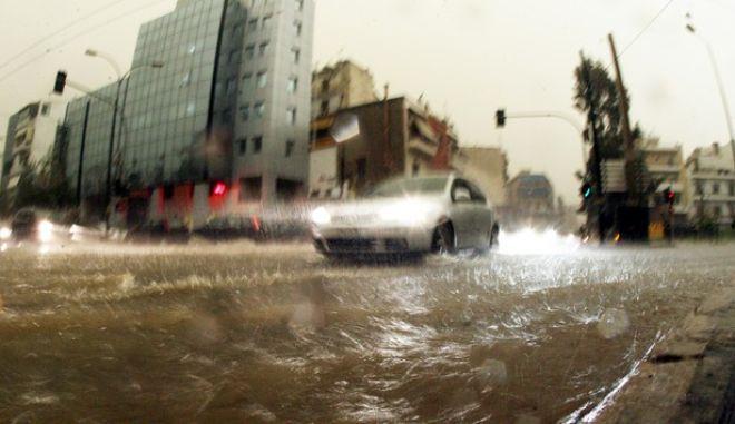 Ισχυρή καταιγίδα έπληξε από το πρωι το λεκανοπέδιο της Αττικής προκαλώντας προβλήματα σε πολλές περιοχές.Εικόνες από το Παγκράτι,Παρασκευή 22 Φεβρουαρίου 2013 (EUROKINISSI/ΤΑΤΙΑΝΑ ΜΠΟΛΑΡΗ