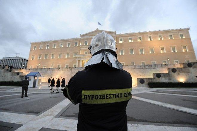 ΑΘΗΝΑ-Συγκέντρωση πραγματοποιούν οι ένστολοι στην πλατεία Κολοκοτρώνη.Τα αιτήματά τους αφορούν τόσο στο ασφαλιστικό όσο και στην ικανοποίηση διεκδικήσεών τους για την αποτελεσματικότερη λειτουργία των Σωμάτων Ασφαλείας.(Eurokinissi-ΜΠΟΛΑΡΗ ΤΑΤΙΑΝΑ )