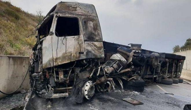 Νταλίκα που μετέφερε καπνό έπιασε φωτιά στο 201 χλμ Αθήνας Καλαμάτας
