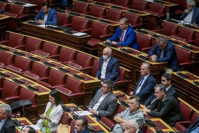 Ο Γιώργος Παπανδρέου με μάσκα στη Βουλή