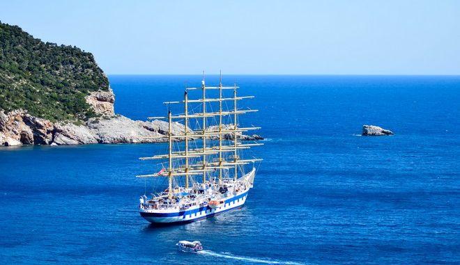 ΣΚΟΠΕΛΟΣ-Το μεγαλύτερο ιστιοφόρο στον κόσμο, ύψους 60 μ. και κατασκευής το έτος 2000, σήμερα έξω από το λιμάνι Σκοπέλου.(EUROKINISSI- ΓΙΩΡΓΟΣ ΠΟΥΛΙΟΣ)
