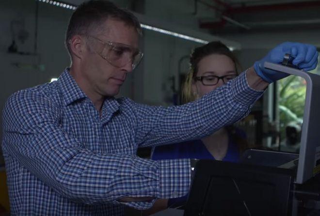 Ο καθηγητής Mark Taylor (δεξιά) απ' το Πανεπιστήμιο Μακουάιρ στην Αυστραλία, καθώς ελέγχει μέλι μεγάλης Ελληνικής εταιρείας.