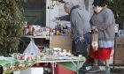 Κάτοικοι επιλέγουν τρόφιμα από παντοπωλείο στο Λονδίνο, λόγω κορονοϊού