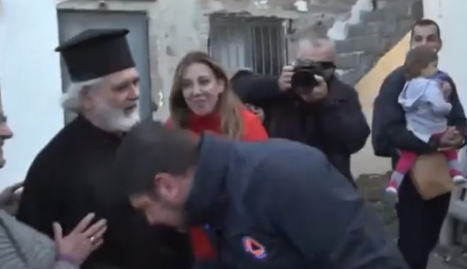 Η στιγμή που ο Νίκος Χαρδαλιάς φιλά το χέρι του ιερέα
