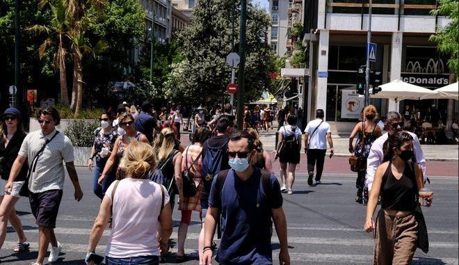 Κόσμος περπατά στην Αθήνα