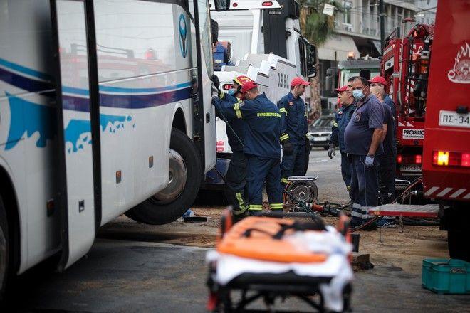 Επιχείρηση της πυροσβεστικής για τον απεγκλωβισμό οδηγού τουριστικου λεωφορείου,που προσέκρουσε σε κολόνα νωρίς το πρωί στην ακτή Μιαούλη