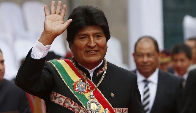Ο Βολιβιανός πρόεδρος Έβο Μοράλες μες το μετάλλιο και την κορδέλα