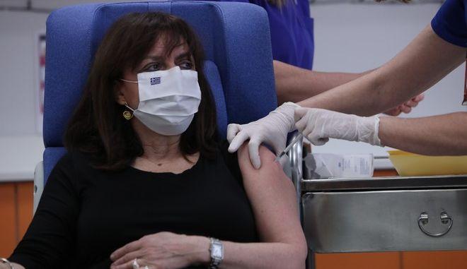 Εμβολιασμός της Προέδρου της Δημοκρατίας Κατερίνας Σακελλαροπούλου κατά του κορονοϊού, στο Νοσοκομείο Ευαγγελισμός, την Κυριακή 27 Δεκμεβρίου 2020.