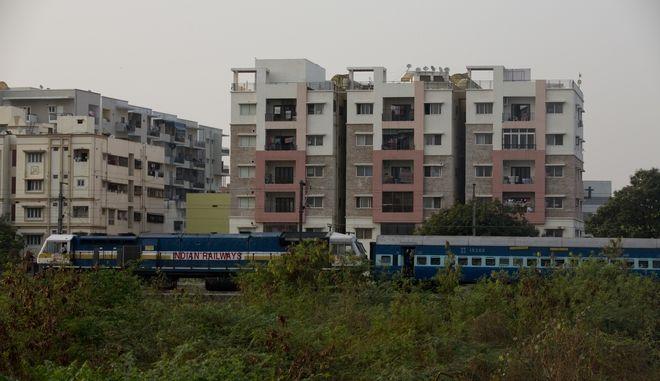 Τρένο στην πόλη Χαϊντεραμπάντ της Ινδίας