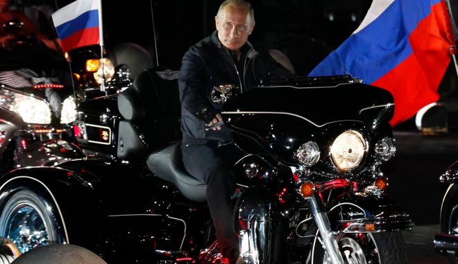 Russian Prime Minister Vladimir Putin rides with enthusiasts during his visit to a bike festival in the southern Russian city of Novorossiisk August 29, 2011. REUTERS/Ivan Sekretarev/Pool (RUSSIA - Tags: POLITICS TRANSPORT SOCIETY)