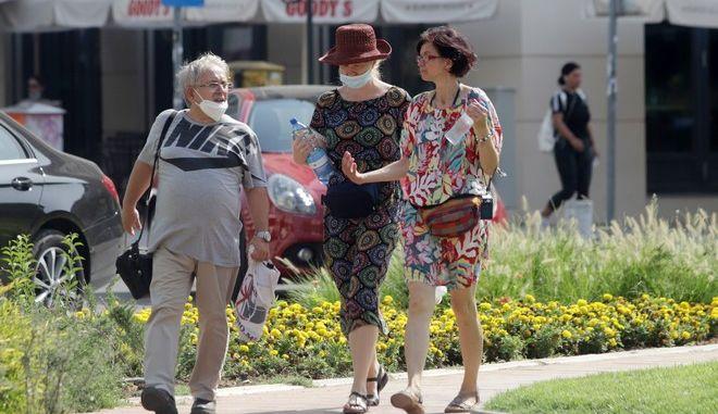Κόσμος περπατά στη Θεσσαλονίκη