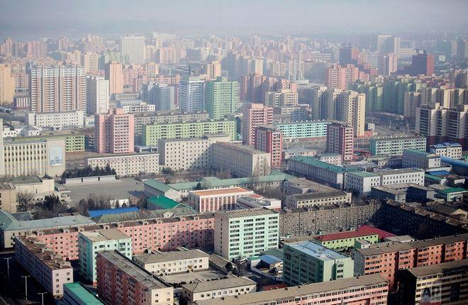 Τα πολύχρωμα κτίρια της Πιονγιανγκ από την κορυφή του Duche Tower