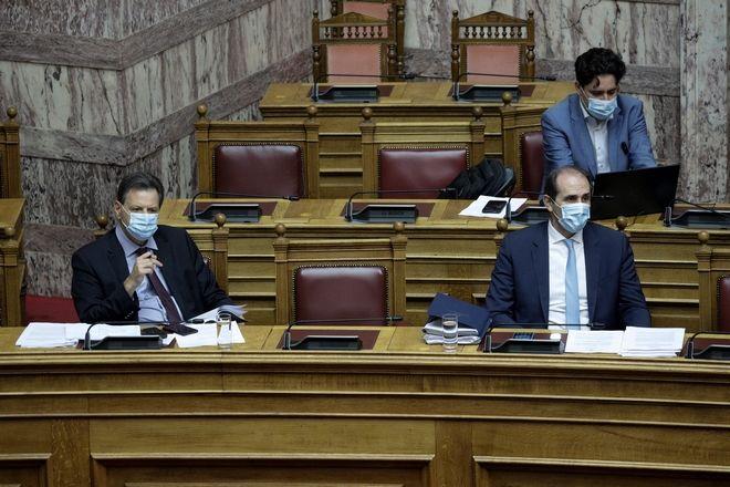 Με μάσκες οι υπουργοί και βουλευτές στη συζήτηση νομοσχεδίου στη Βουλή.
