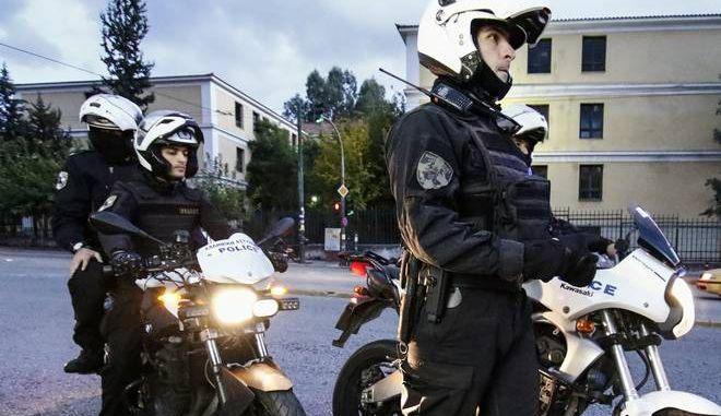 Αστυνομία έξω από την Ευελπίδων (EUROKINISSI / Γιώργος Κονταρίνης)