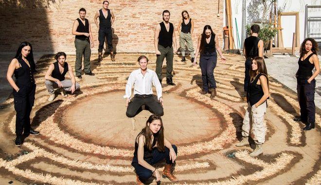 """Με την εμβληματική παράστασηΧανς Κόλχαας άνοιξετο ολοκαίνουργιο Θέατρο""""Αrt 63"""""""