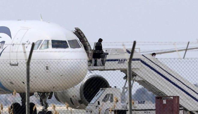 Έληξε αναίμακτα η αεροπειρατεία στην Κύπρο. Παραδόθηκε ο δράστης