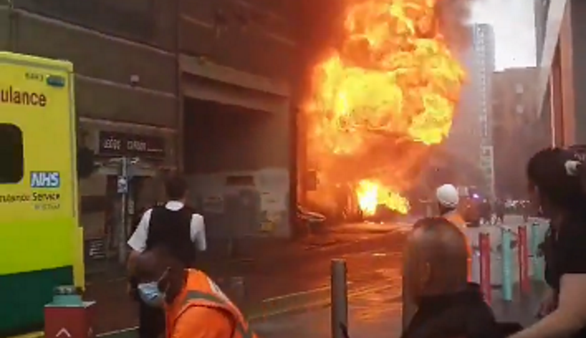 Λονδίνο: Μεγάλη φωτιά κοντά σε σταθμό του μετρό έπειτα από έκρηξη