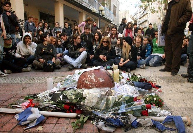 Μαθητές απο σχολεία της Αθήνας στο σημείο που δολοφονήθηκε ο Αλέξανδρος Γρηγορόπουλος στην συμβολή των οδών Μεσολογγίου,Τρίτη 8 Δεκεμβρίου 2008