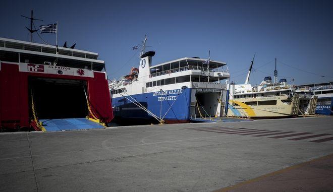 Δεμένα πλοία στο λιμάνι του Πειραιά