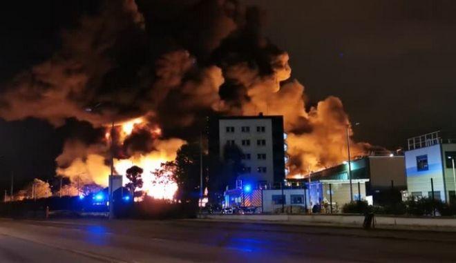 Πύρινη κόλαση στη Γαλλία: Μεγάλη φωτιά σε χημικό εργοστάσιο