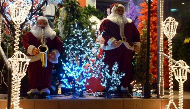 Κλείνουν πριν ανοίξουν τα μαγαζιά με χριστουγεννιάτικα είδη