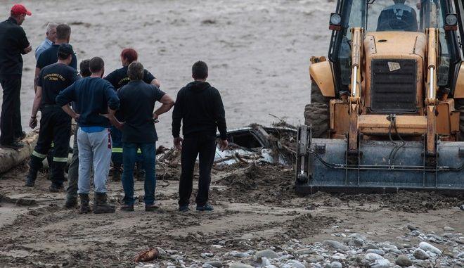 Μετά από έρευνες η ΕΜΑΚ εντόπισε στον ποταμό Πάμισο, το ΙΧ αυτοκίνητο της αγνοούμενης 40χρονης γυναίκας,στο Μουζάκι Καρδίτσας