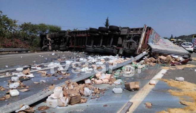 Λαμία: Ανετράπη νταλίκα στην Εθνική Οδό - Με δυσκολία η κυκλοφορία των οχημάτων