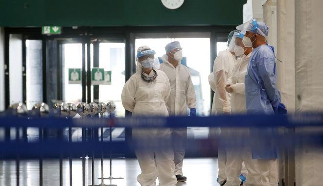 Υγειονομικό προσωπικό σε ιταλικό αεροδρόμιο.