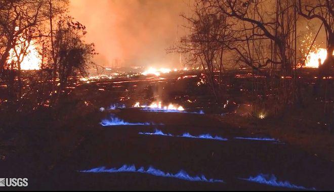 Η φωτογραφία από το γεωλογικό ινστιτούτο των ΗΠΑ, δείχνει μπλε φλόγες από μεθάνιο να βγαίνουν από ρωγμές του δρόμου που άνοιξαν μετά την ηφαιστειακή έκρηξη