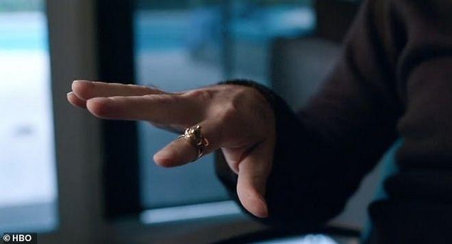 Ο Safechuck δοκιμάζει το γαμήλιο δαχτυλίδι