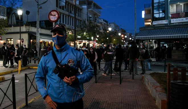 Αστυνομία στις πλατείες για την αποτροπή των κορονοπάρτι