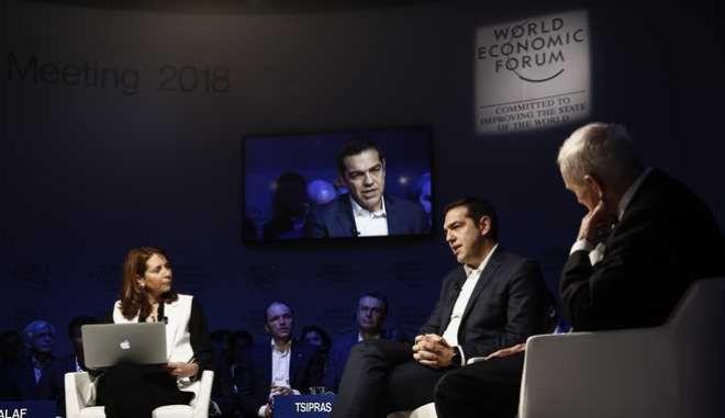 Νταβός: 'Βολές' Τσίπρα στον Ορμπάν σε συζήτηση για το προσφυγικό