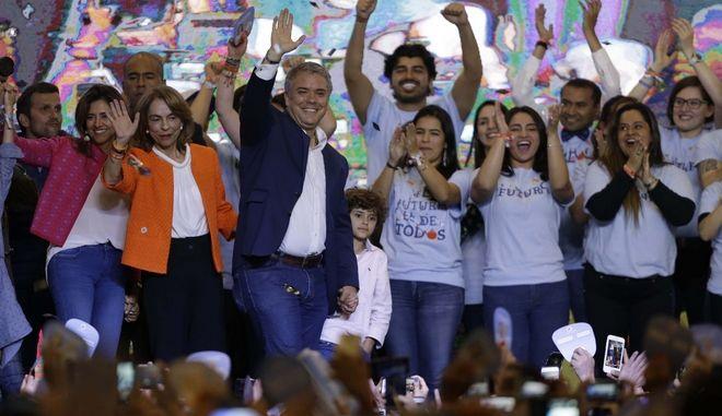 Ο υποψήφιος της σκληρής δεξιάς της Κολομβίας Ιβάν Ντούκε κέρδισε την προεδρία της χώρας