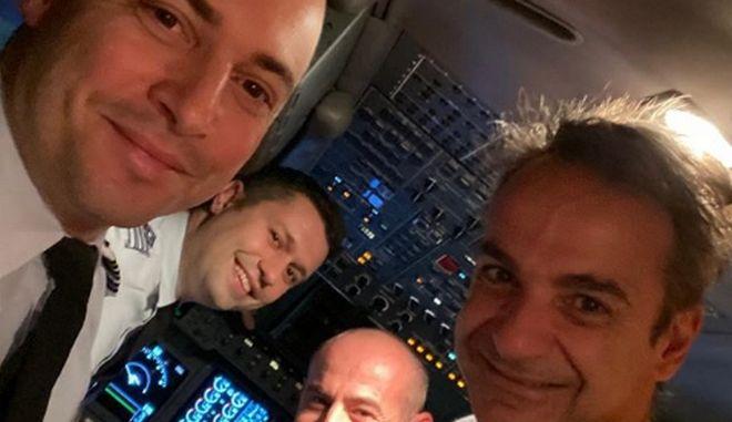 Η selfie του Μητσοτάκη με τους πιλότους στην πτήση της επιστροφής