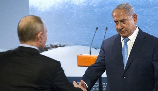 Στιγμιότυπο από συνάντηση του Βλαντίμιρ Πούτιν με τον Μπένιαμιν Νετανιάχου