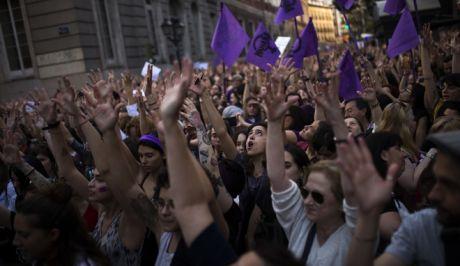 Χιλιάδες διαδηλωτές στους δρόμους μετά την αθώωση πέντε ανδρών για τον βιασμό έφηβης
