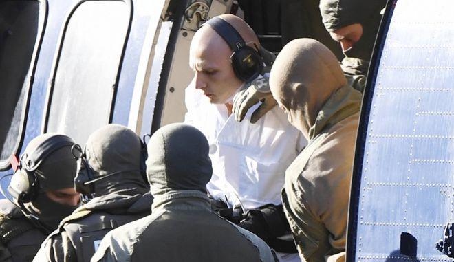 Ο Γερμανός δράστης συνοδεύεται από την αστυνομία