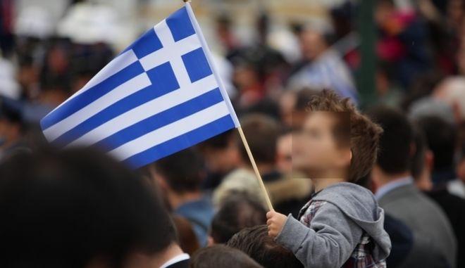 Στιγμιότυπο με παιδί να κρατά την ελληνική σημαία, Φωτογραφία Αρχείου