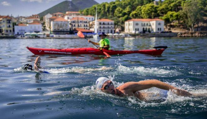 Ο αργυρός Ολυμπιονίκης και παγκόσμιος πρωταθλητής, Σπύρος Γιαννιώτης στον όρμο του Ναυαρίνου