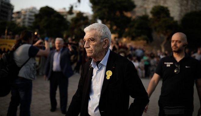 Ο δήμαρχος Θεσσαλονίκης φτάνει στην πλατεία Λευκού Πύργου. Πίσω του ο Παναγιώτης Ψωμιάδης του επιτίθεται λεκτικά on camera