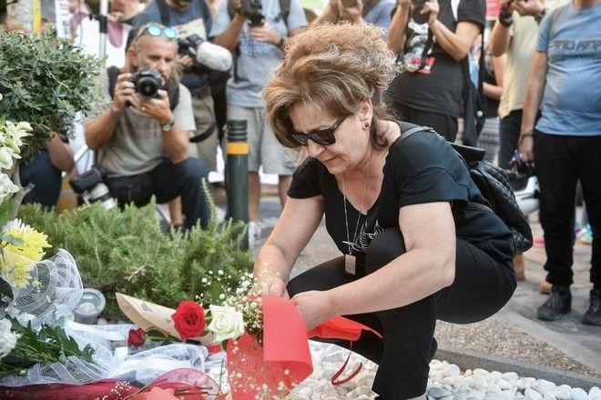 Πορεία για τα έξι χρόνια από τη δολοφονία του Παύλου Φύσσα στο Κερατσίνι. Η Μάγδα Φύσσα στο σημείο της δολοφονίας.
