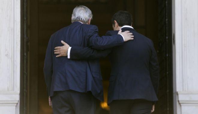 Ο πρωθυπουργός Αλέξης Τσίπρας και ο προέδρος της Κομισιόν Ζαν Κλοντ Γιούνκερ μπήκαν αγκαλιασμένοι στο Μέγαρο Μαξίμου για τις συνομιλίες