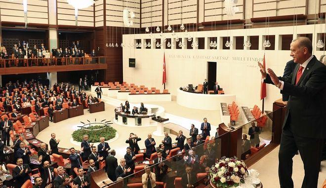 Ο τούρκος πρόεδρος Ρετζέπ Ταγίπ Ερντογάν στην πρώτη συνεδρίαση της νέας βουλής στην Άγκυρα