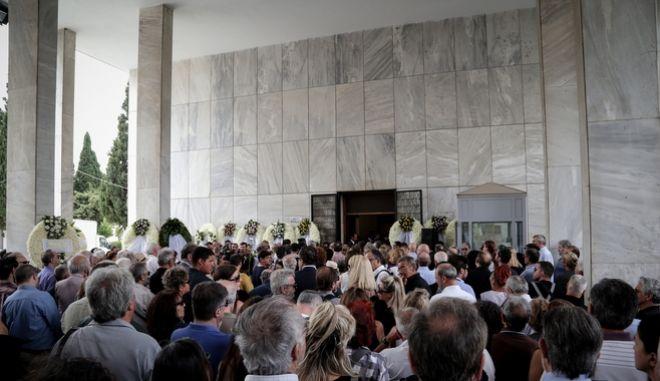 Πλήθος κόσμου στην κηδεία του Μάνου Ελευθερίου