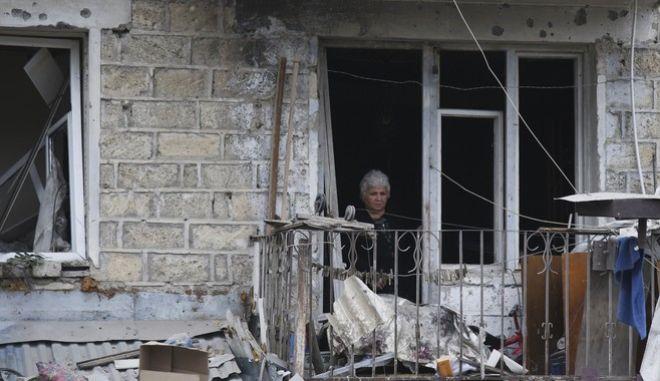 Μια γυναίκα στα συντρίμμια του σπιτιού της στην περιοχή του Ναγκόρνο Καραμπάχ