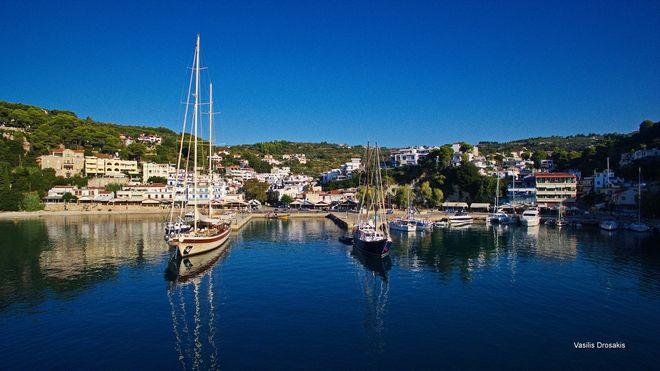 Τα ήσυχα νερά στο λιμάνι του νησιού, στο Πατητήρι