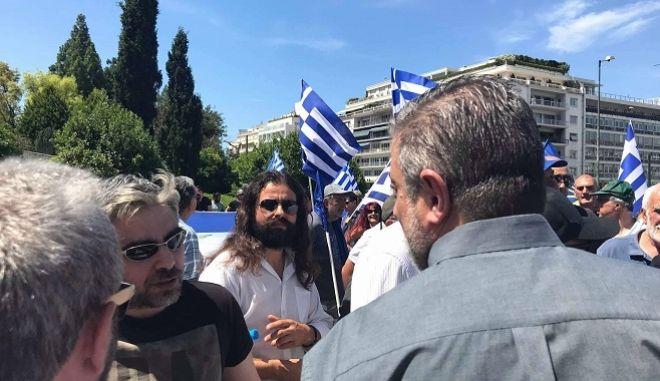 Ο Κωνσταντίνος Μπαρμπαρούσης και άλλοι χρυσαυγίτες βουλευτές έξω από τη Βουλή, αμέσως μετά το κάλεσμα σε πραξικόπημα από το βήμα της Ολομέλειας